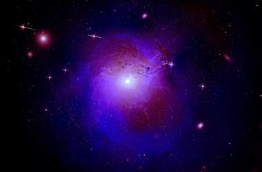 Σύνθετη εικόνα του σμήνους γαλαξιών του Περσέα χρησιμοποιώντας δεδομένα από 3 μεγάλα τηλεσκόπια